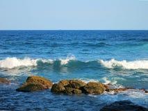 Golven en rotsen bij oceaanbaai in Sri Lanka Stock Afbeeldingen