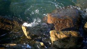 Golven en Rotsen dichtbij Kust stock footage