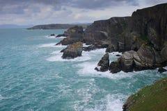 Golven en rotsen op de kust van Ierland Stock Foto's