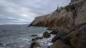 Golven en rotsen op Middellandse Zee stock videobeelden