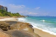 Golven en stenen op Duivels` s strand stock fotografie