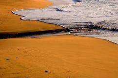 Golven en strand bij dageraad Royalty-vrije Stock Fotografie