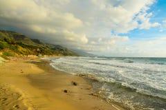 Golven en zand in het strand van La Speranza Stock Fotografie