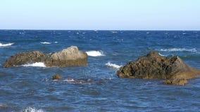 Golven in het overzees Verpletterende golven Langzame Motie stock footage