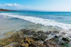 Golven in het strand van Le Bombarde royalty-vrije stock foto's