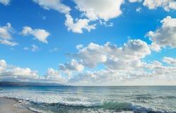 Golven in het strand van Le Bombarde onder wolken Stock Fotografie