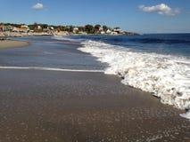 Golven langs de kust stock fotografie