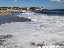 Golven langs de kust stock foto's