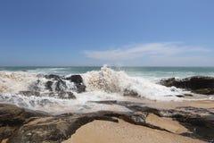Golven op de kust de Indische Oceaan Stock Foto's