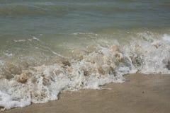 Golven op de kust van het Overzees van het strand van Azov Golven aan de kust in werking die worden gesteld die Stock Fotografie