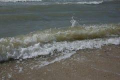 Golven op de kust van het Overzees van het strand van Azov Golven aan de kust in werking die worden gesteld die Royalty-vrije Stock Afbeeldingen