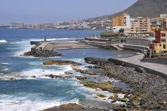 Golven op de kustlijn van Bajamar stock fotografie