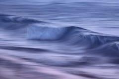 Golven op de oceaan met een langzame blindsnelheid die wordt gevangen royalty-vrije stock foto
