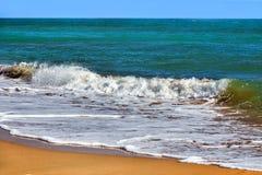 Golven op de overzeese kust Royalty-vrije Stock Fotografie