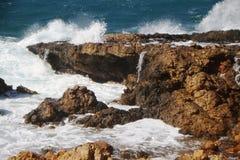 Golven op de rotsen Stock Afbeelding