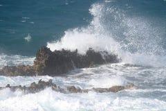Golven op de rotsen Stock Foto