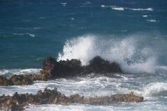 Golven op de rotsen Stock Fotografie