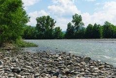 Golven op een bergrivier in de zomer Stock Fotografie