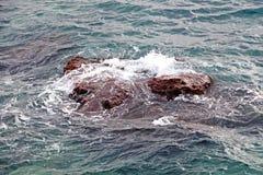 Golven op een rots in de Middellandse Zee Stock Foto