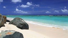 Golven op een tropisch strand met rotsen stock footage