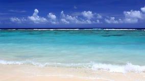 Golven op een verlaten tropisch strand, ROratonga stock footage