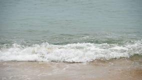 Golven op een zandig strand stock videobeelden