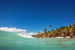 Golven op het oceaan en Caraïbische wilde strand, Punta Cana stock foto