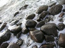 Golven op het overzees Overzeese rotsen Royalty-vrije Stock Afbeeldingen