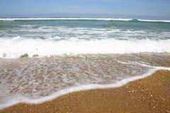 Golven op het strand stock fotografie