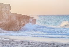 Golven op het strand royalty-vrije stock afbeeldingen
