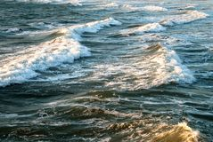 Golven op het strand stock afbeeldingen