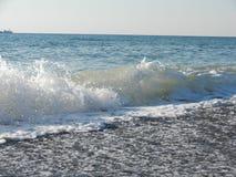 Golven op het strand Stock Foto's