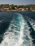Golven op het water achter de boot Royalty-vrije Stock Fotografie