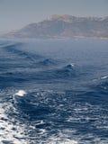 Golven op het water achter de boot Stock Foto's