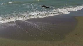 Golven op het zand stock video