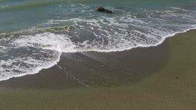 Golven op het zand stock videobeelden