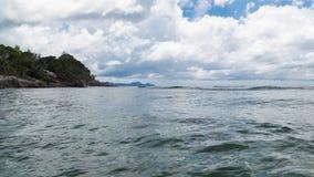 Golven op kust, Seychellen worden gerold die stock afbeelding