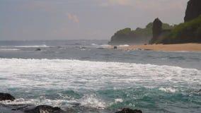 Golven op kust van Indische Oceaan bijeenkomst stock videobeelden