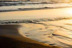 Golven op kust, zonbezinningen Stock Foto's