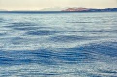 Golven op oppervlakte van water met bewolkte hemel Stock Fotografie