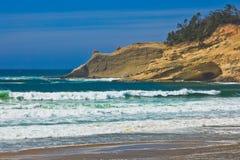 Golven op schilderachtig strand Stock Foto