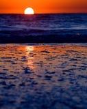 Golven op strand bij zonsondergang Royalty-vrije Stock Foto