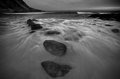 Golven op strand en rotsen Royalty-vrije Stock Afbeelding