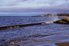 Golven op zeekust en ligthtower royalty-vrije stock foto