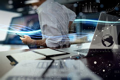 Golven van blauw licht en zakenman die op laptop gebruiken Stock Afbeelding
