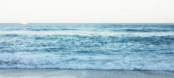 Golven van blauw stil oceaankustlandschap Achtergrondoverzees scape en de kustlijn van het zandstrand De aard van de het perspect stock fotografie