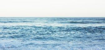Golven van blauw stil oceaankustlandschap Achtergrondoverzees scape en de kustlijn van het zandstrand De aard van de het perspect royalty-vrije stock foto's