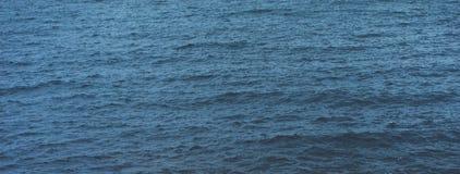 Golven van blauw stil oceaankustlandschap Achtergrondoverzees scape Hiliday de aard van de het perspectiefmening van de panoramah stock foto's