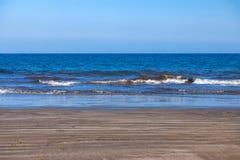 Golven van de het wegebben overzeese neerstorting over het natte zand royalty-vrije stock foto