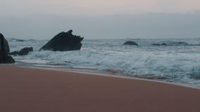 Golven van de Indische Oceaan op de kust, langzame motie stock video